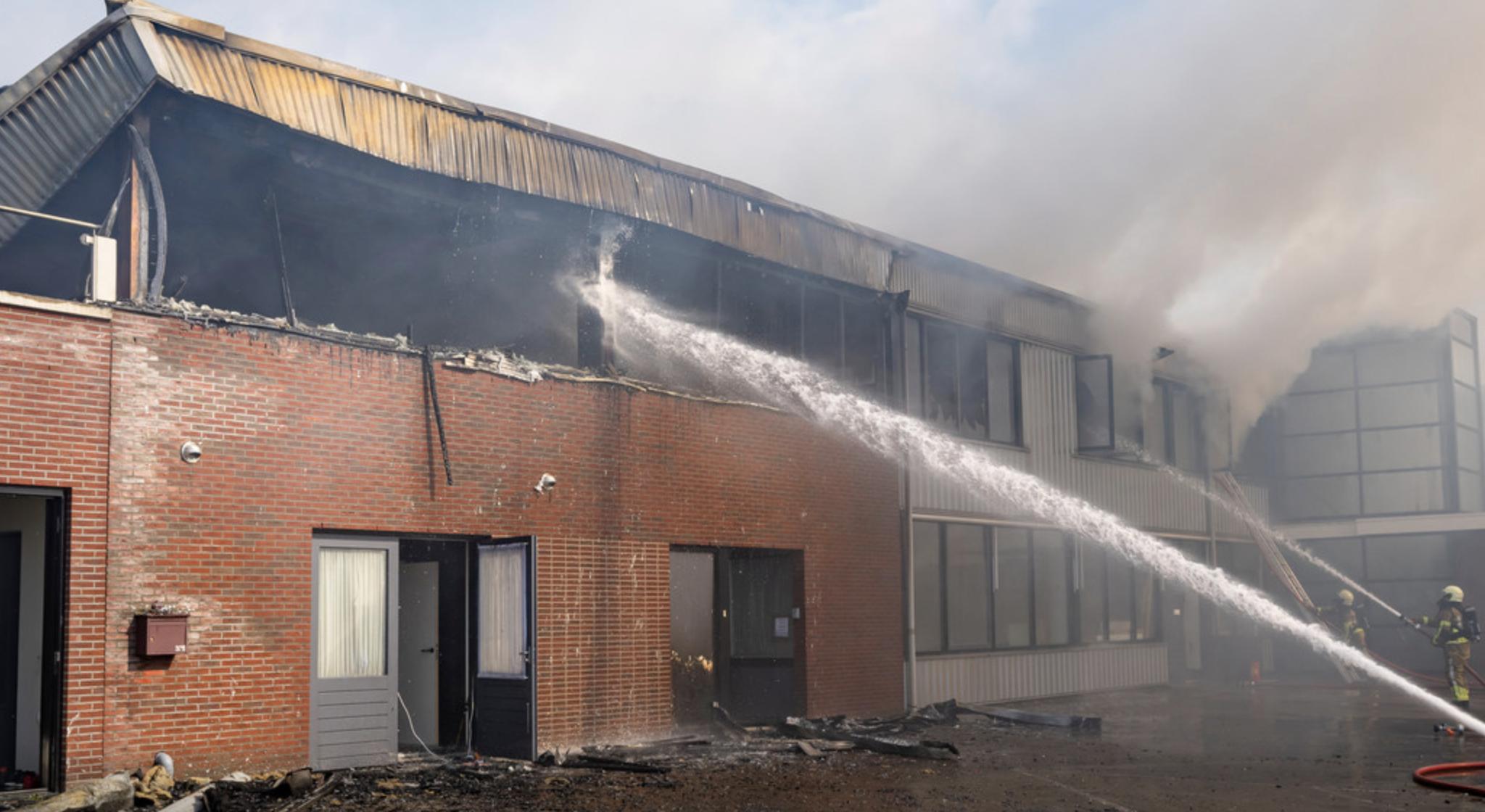 De hevige brand heeft Hoogendoorn in Werkendam is de as gelegd.© MaRicMedia / Marcel van Dorst