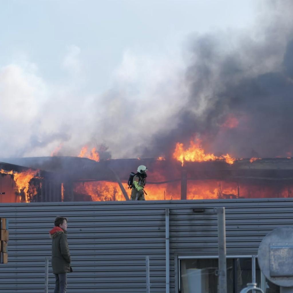 Beeld van de brand waarbij drie Litouwse arbeidsmigranten het leven lieten (Foto Niels Wolterink)