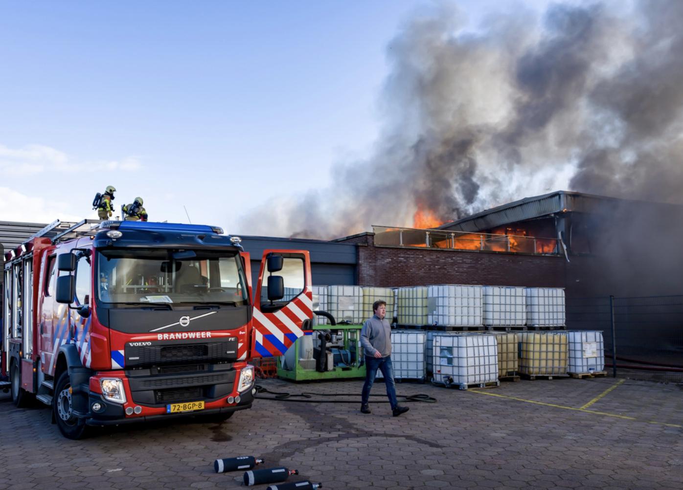Grote brand aan de Beatrixhaven in Werkendam. © MaRicMedia / Marcel van DorstBrand Werkendam Hoogendoorn Micaru