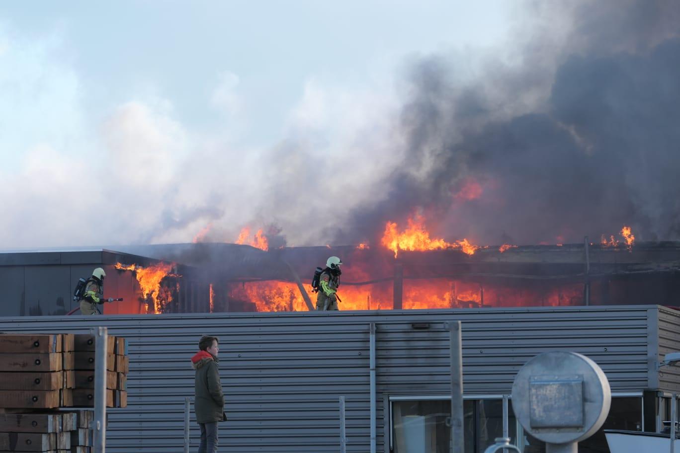 Het kantoor en een groot deel van de productie van Hoogendoorn Maritieme Betimmeringen en Interieurbouw is verwoest door de hevige brand.