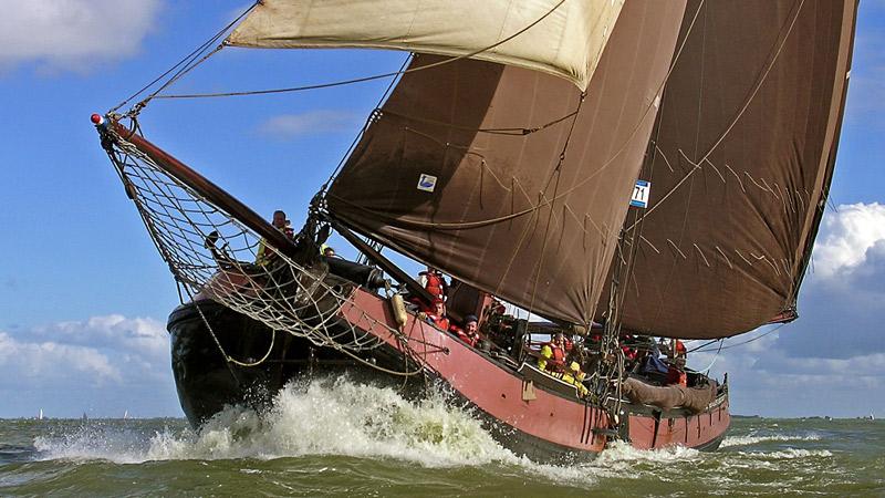 De VVD-Kamerleden willen weten hoe het ervoor staat met de bruine vloot. (Foto Scheepspost)
