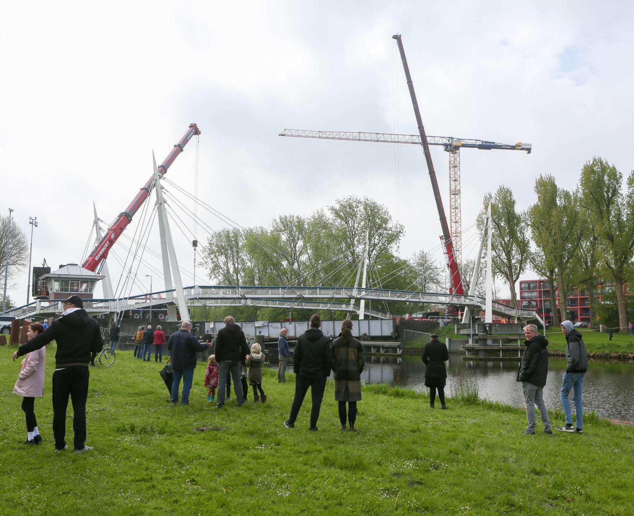 Rijkswaterstaat is zondagochtend vroeg begonnen met het weghalen van het aangevaren deel van de brug. Jaring Rispens