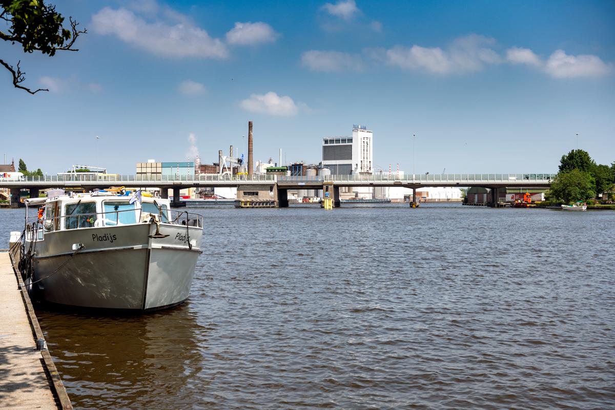 De Coenbrug blijft langdurig gestremd door een storing. (Foto Rijkswaterstaat)