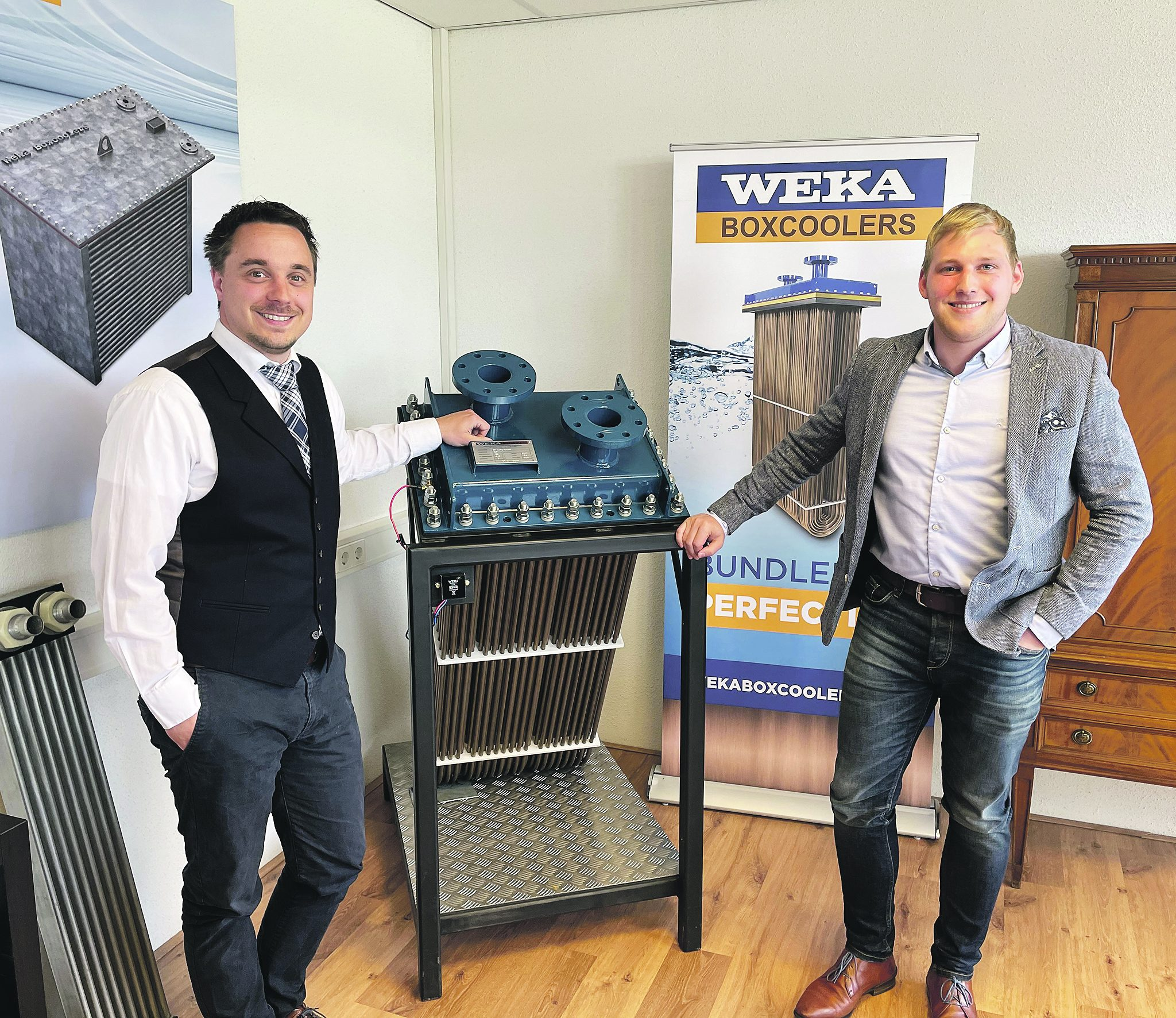 Managing Director Cor de Kwant (links) en Sales Coördinator Thijs Luijsterburg (rechts) bij de boxcooler van Weka Marine. Foto Helmut de Hoogh