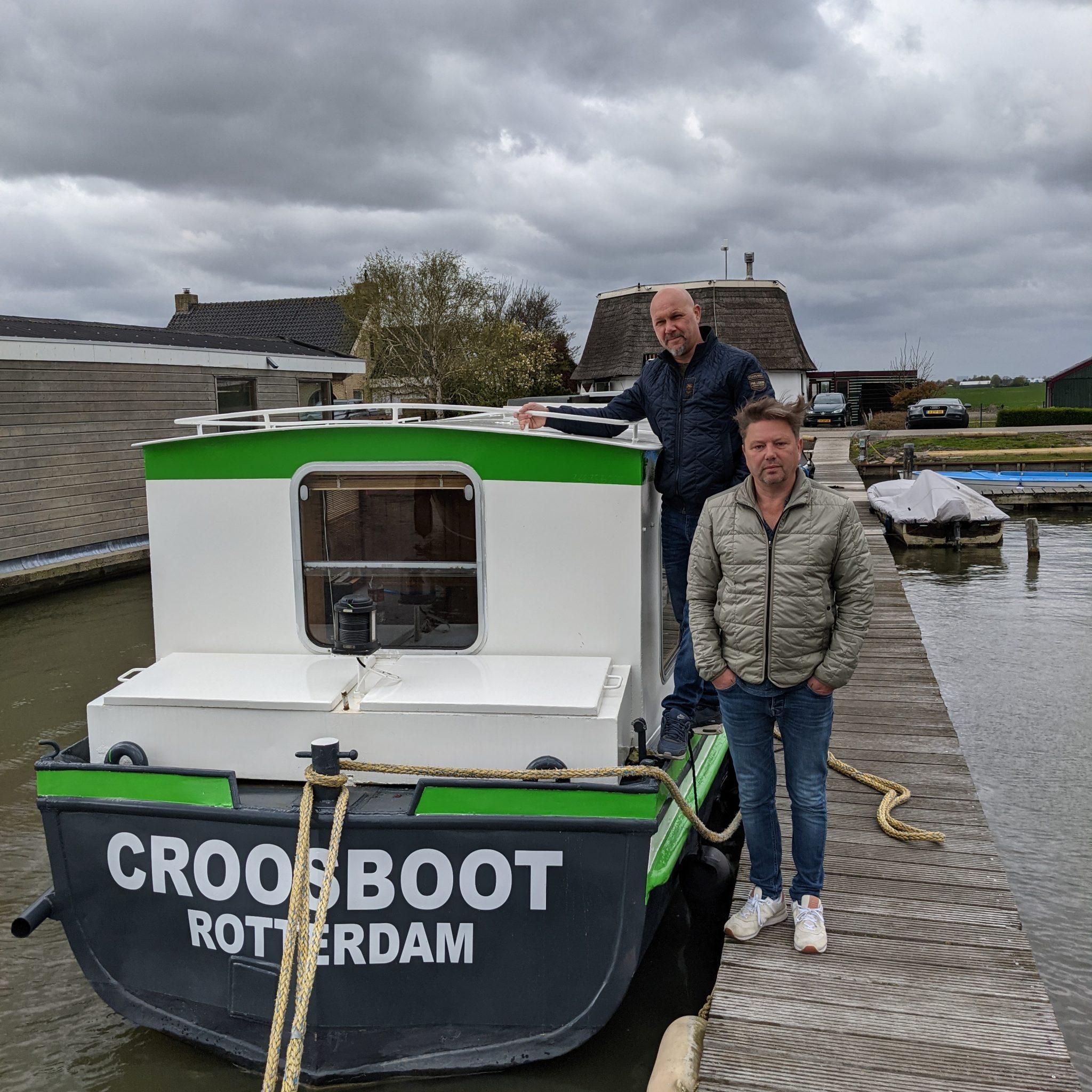 De Croosboot is door broers Ton (links) en Maurice den Haan nieuw leven ingeblazen (Foto Jelmer Bastiaans)