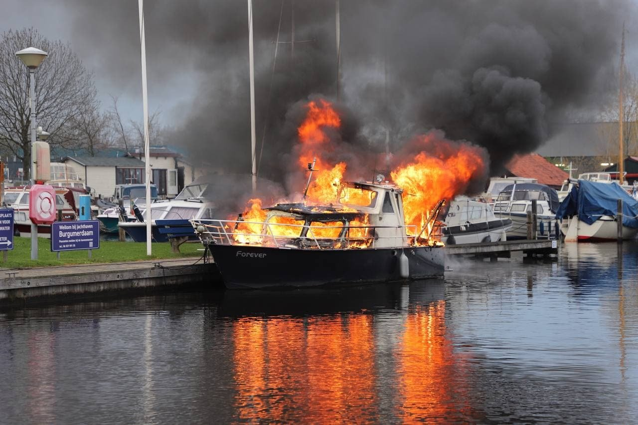Explosie op boot in jachthaven Burgum; 3 gewonden. De Vries Media