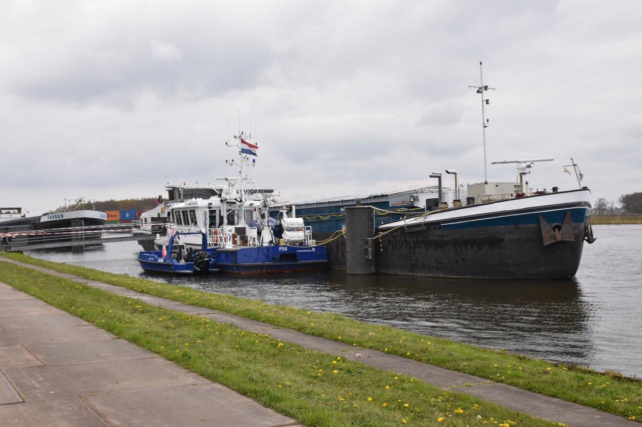 De politie heeft vrijdag 30 april een hennepkwekerij van meer dan 1000 planten aangetroffen op een binnenvaartschip Perla in het Prinses Margrietkanaal. Foto de Vries Media
