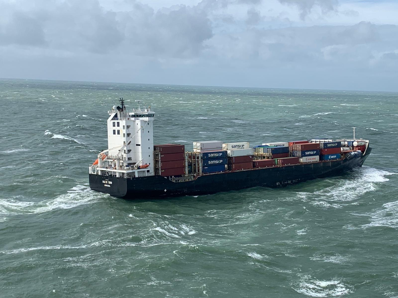 De Baltic Tern verloor in april vijf containers (Foto Kustwacht)