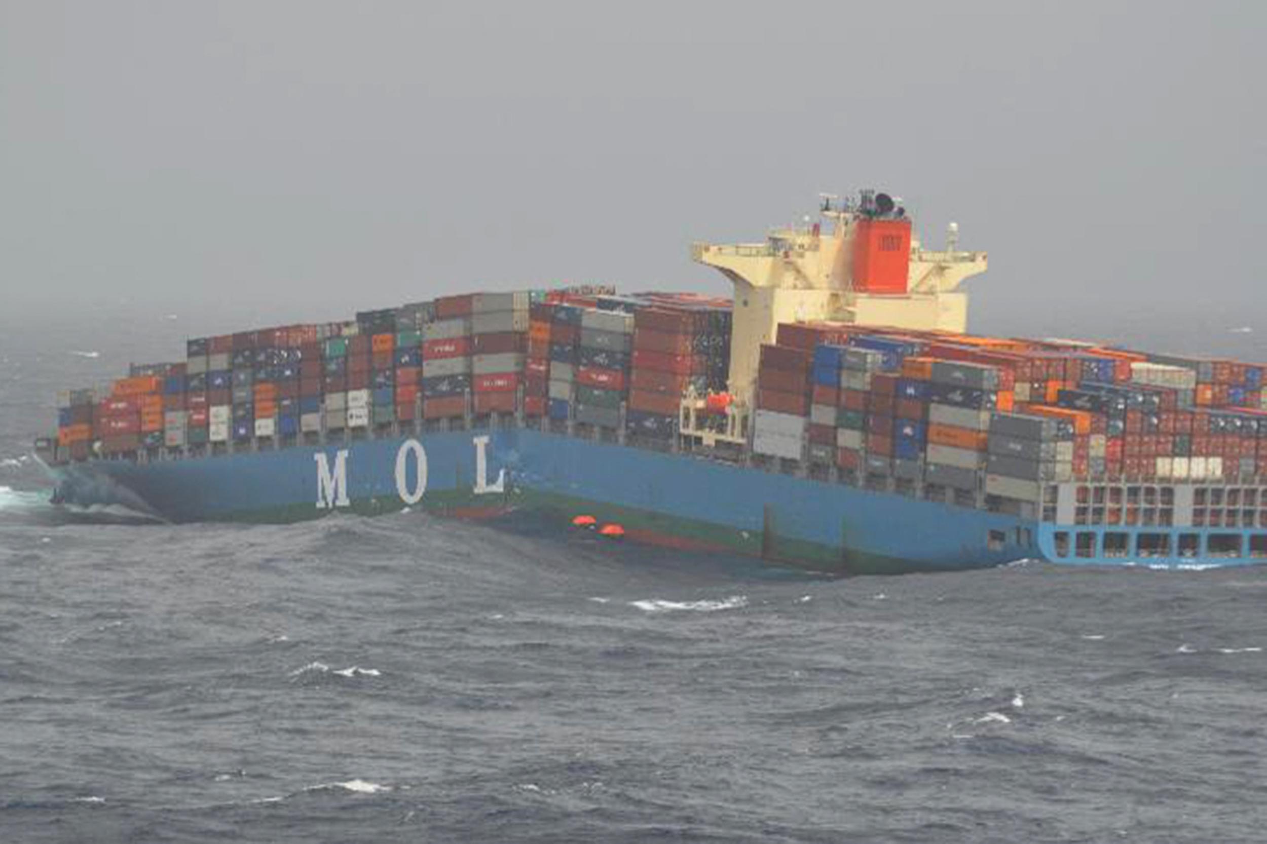 De MOL Comfort breekt in tweeën en zinkt later volledig (Foto MOD / MINISTRY OF DEFENCE / AFP)