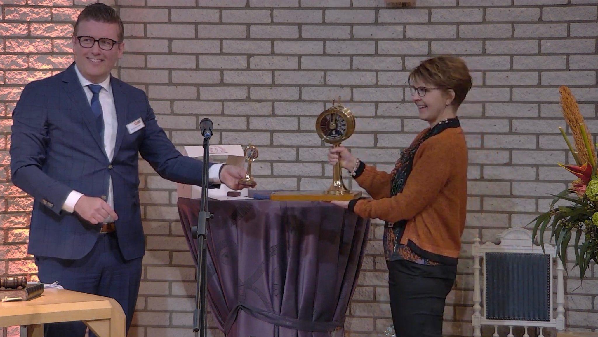 De Binnenvaartondernemers Wisseltrofee 2021 van het CBOB werd door voorzitter Marco Oosterwijk uitgereikt aan Patricia Rutjes van het Oudercontact LOVT. (Beeld uit de stream op YouTube).