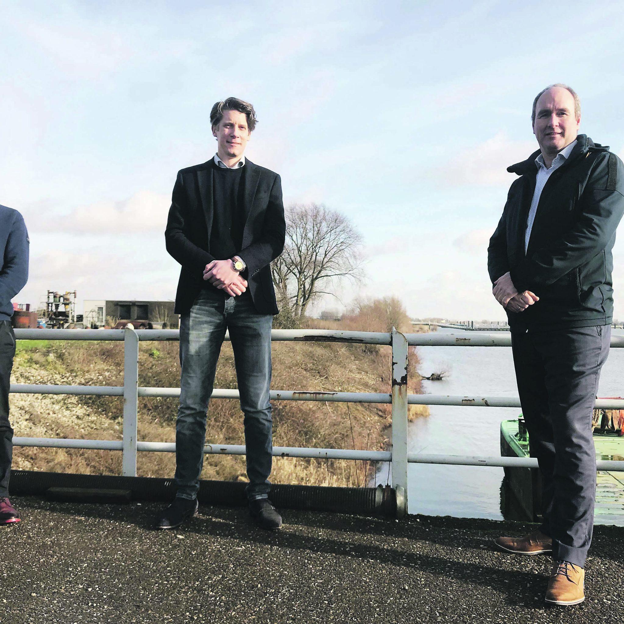 Gert Pomstra (Groepsdirectielid Dekker), Koen Burgers (CEO SolarDuck) en Wiard Leenders (CEO Voyex) gaan samen de productie en het gebruik van waterstof-olie testen. (Foto Dekker Groep)