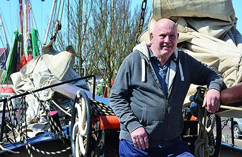 Zodra we kunnen varen zetten we de verzekering weer terug naar normaal', zegt Ray Veth, schipper van de Klipper Anna.(Foto: Gijs van Hesteren)