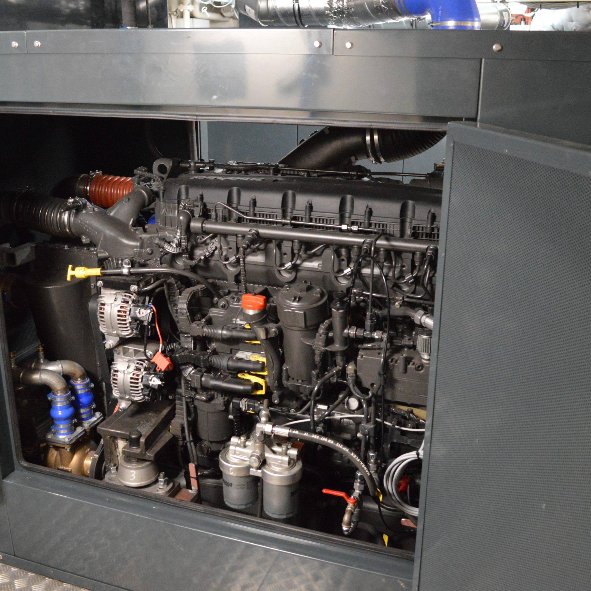 Op het ms. Nosce Orbis staan de MX13 Daf-Paccar hoofdmotoren in een geluiddempende kast. (Foto familie Feenstra)