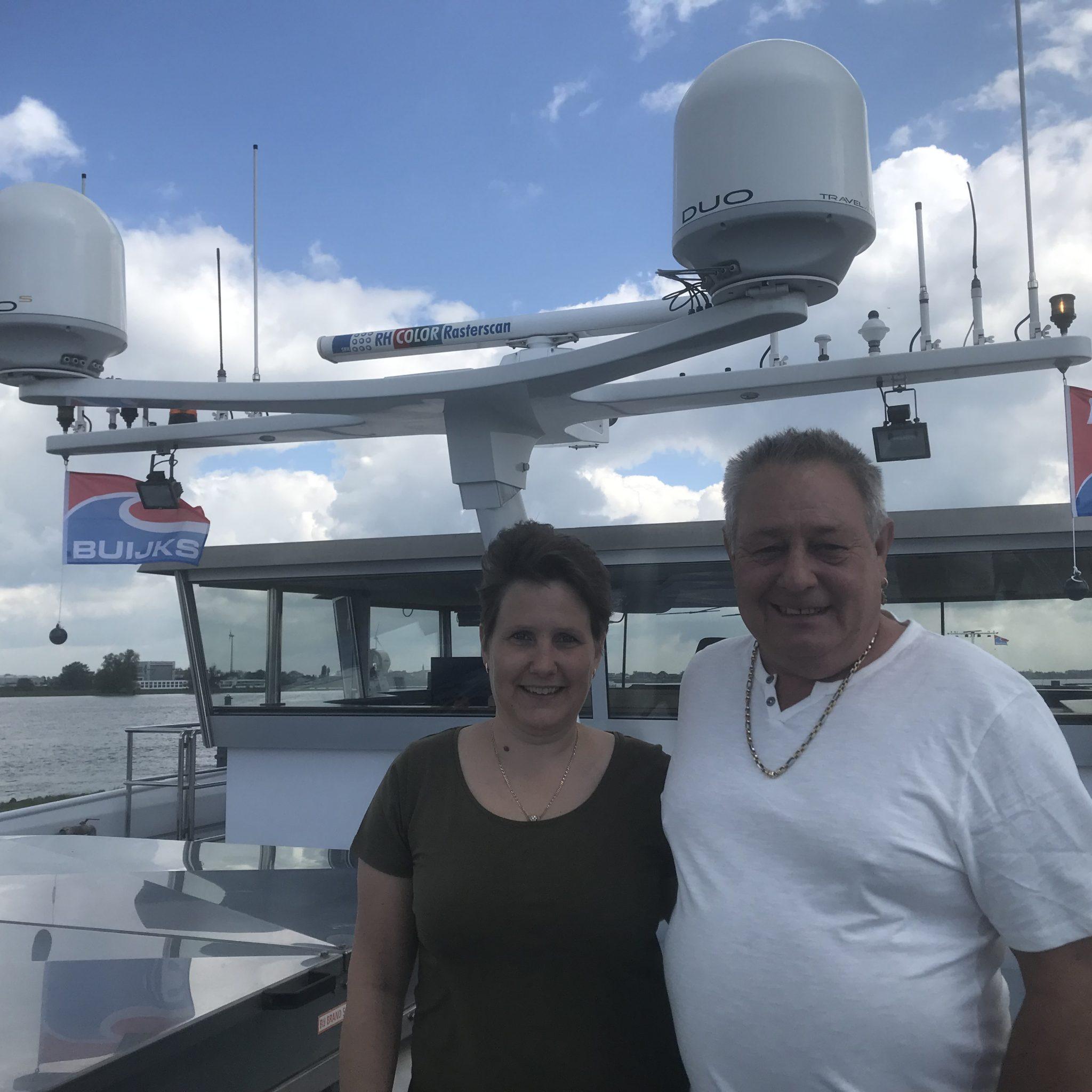 Marion en Albert van Duinen op de 135-meter Beaufort. Albert: 'Ik heb jaren met een duwboot met vier bakken gevaren. Dan is een 135-meterschip veel makkelijker.' Foto Hannie Visser-Kieboom
