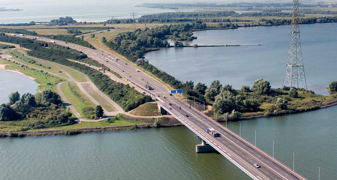 De Haringvlietbrug is beschadigd door het vele verkeer wat er overheen gaat. (Foto Evofenedex)