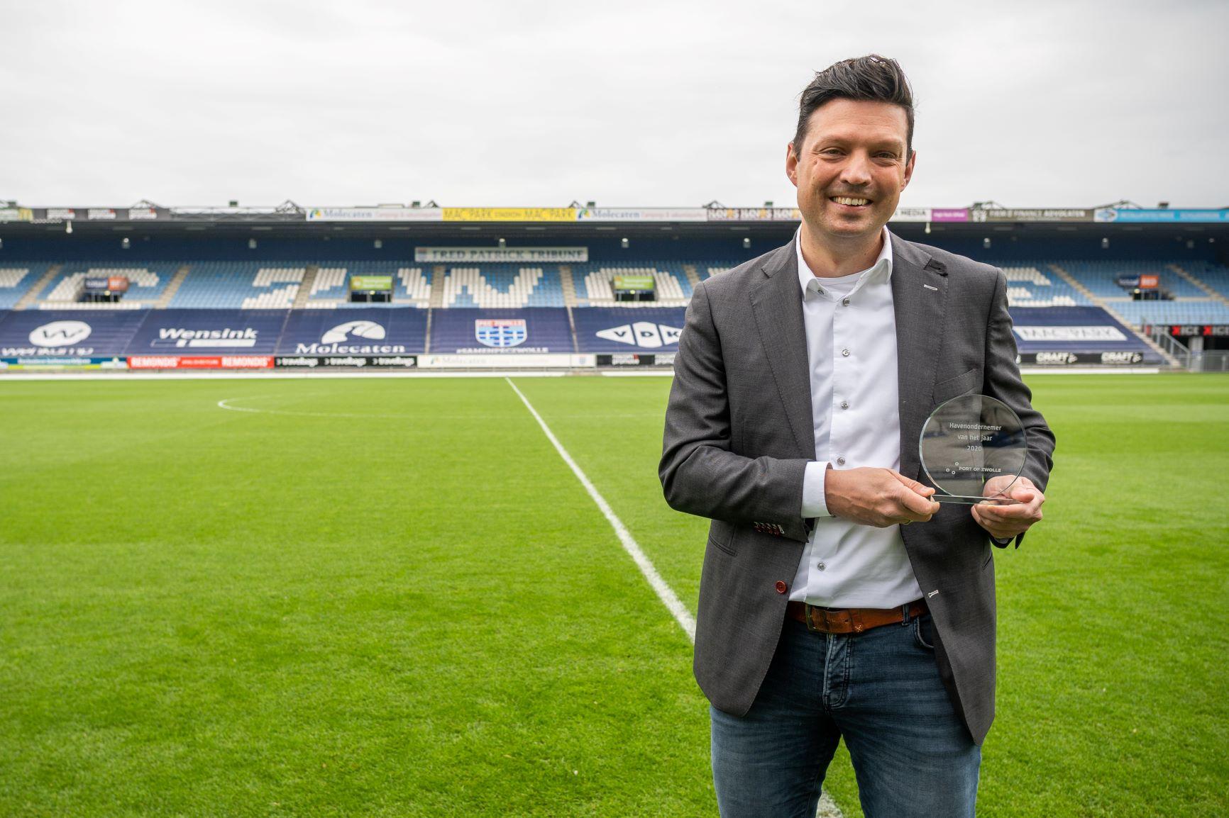De gelukkige winnaar, Peter Korpershoek, in het stadion van PEC Zwolle. (Foto Port of Zwolle)
