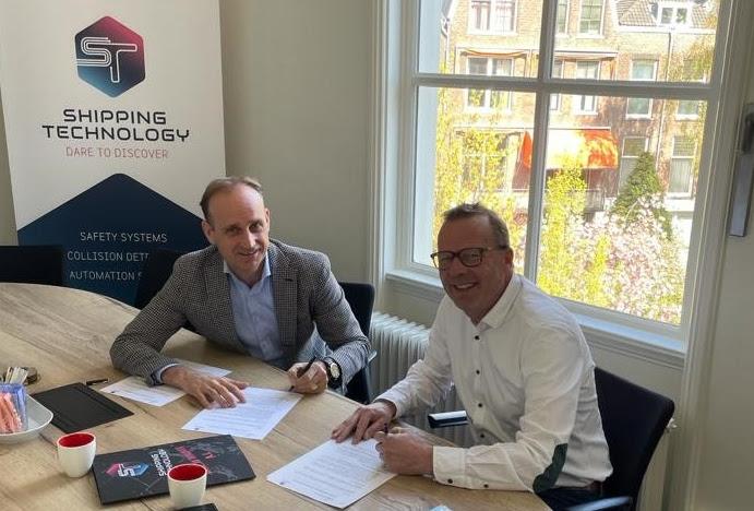 Henk van Laar van CoVadem (links) en Tom Boerema van Shipping Technology ondertekenen de samenwerkingsovereenkomst. (Foto CoVadem)