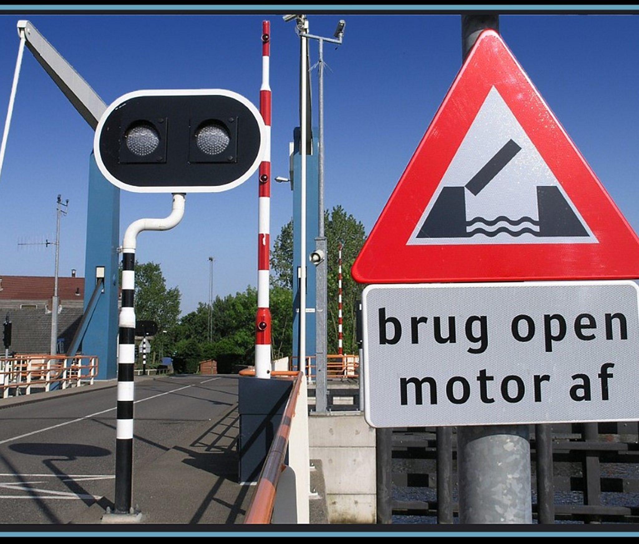 Na een file gaat een weg weer 'open' voor het verkeer. Maar als een brug 'open' gaat dan moet het wegverkeer juist stoppen. 'Open en dicht' geldt hier voor het scheepvaartverkeer.