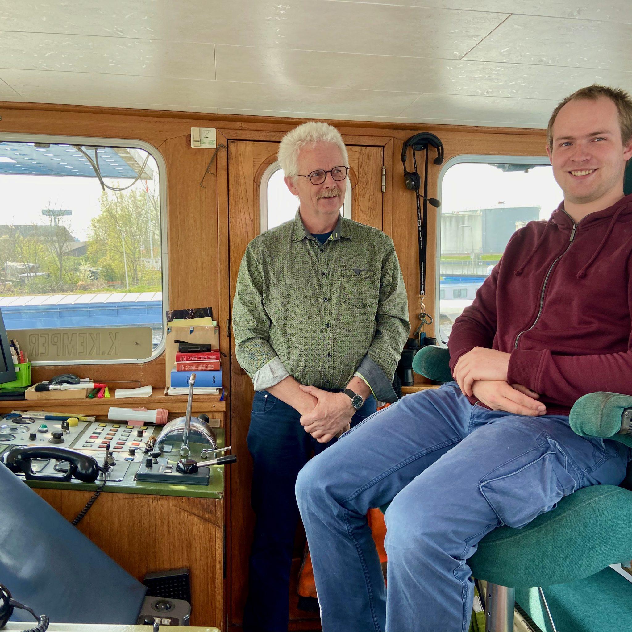 Schipper Klaas Kemper is trots op zijn zoon en opvolger Henri. De laatste neemt een schip in goede conditie over, al is volgens hem de stuurhut wel aan modernisering toe. (Foto Loek Mulder)