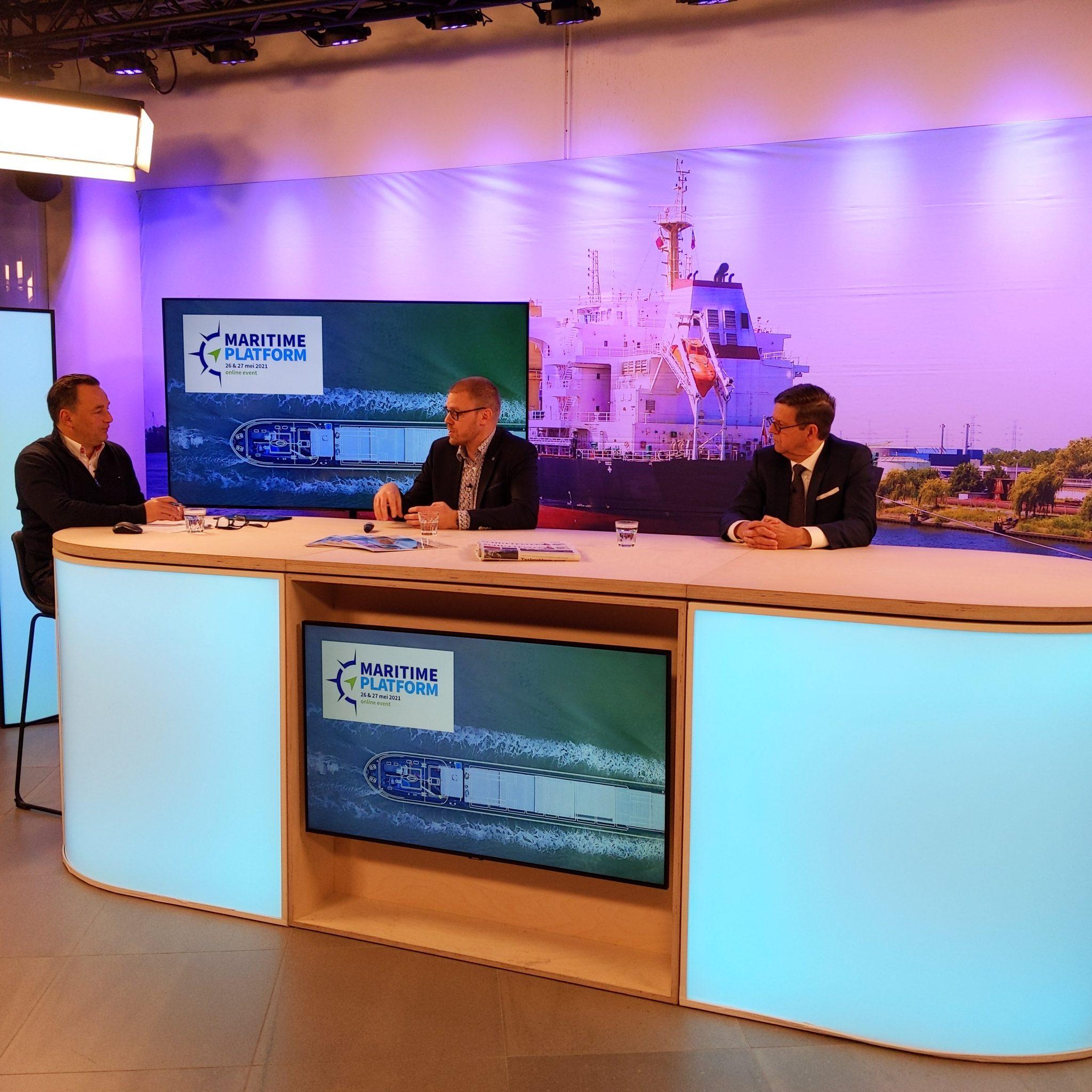 Dag 1 van Maritime Platform 2021 zit erop. De dag begon met een gesprek tussen presentator René Quist (Links), Arnold de Bruijn (Sector manager NMT, midden) en Directeur van NMT Roel de Graaf.