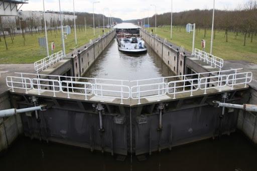 De Marksluis in Oosterhout is meerdere dagen gestremd door onderhoud. (Foto Jeras)