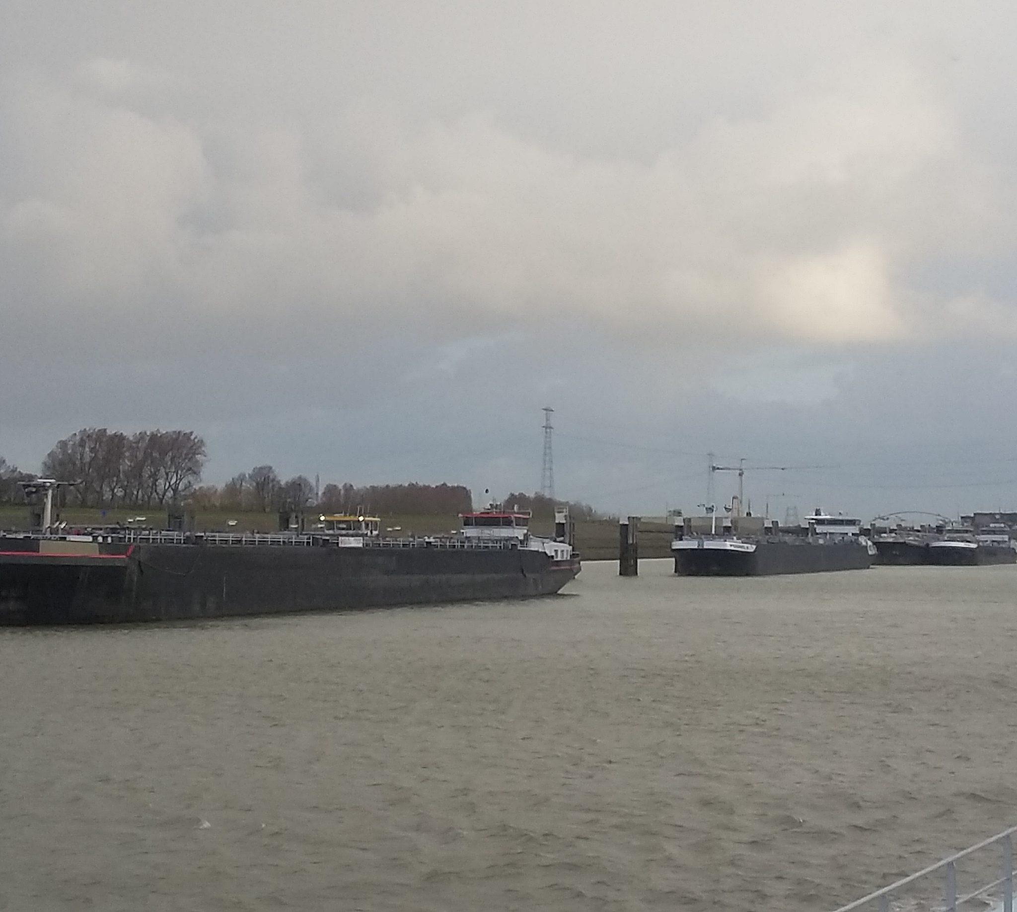 Aan de buitenkant van Hansweert liggen tankers te wachten tot ze worden toegelaten tot de Sloehaven.