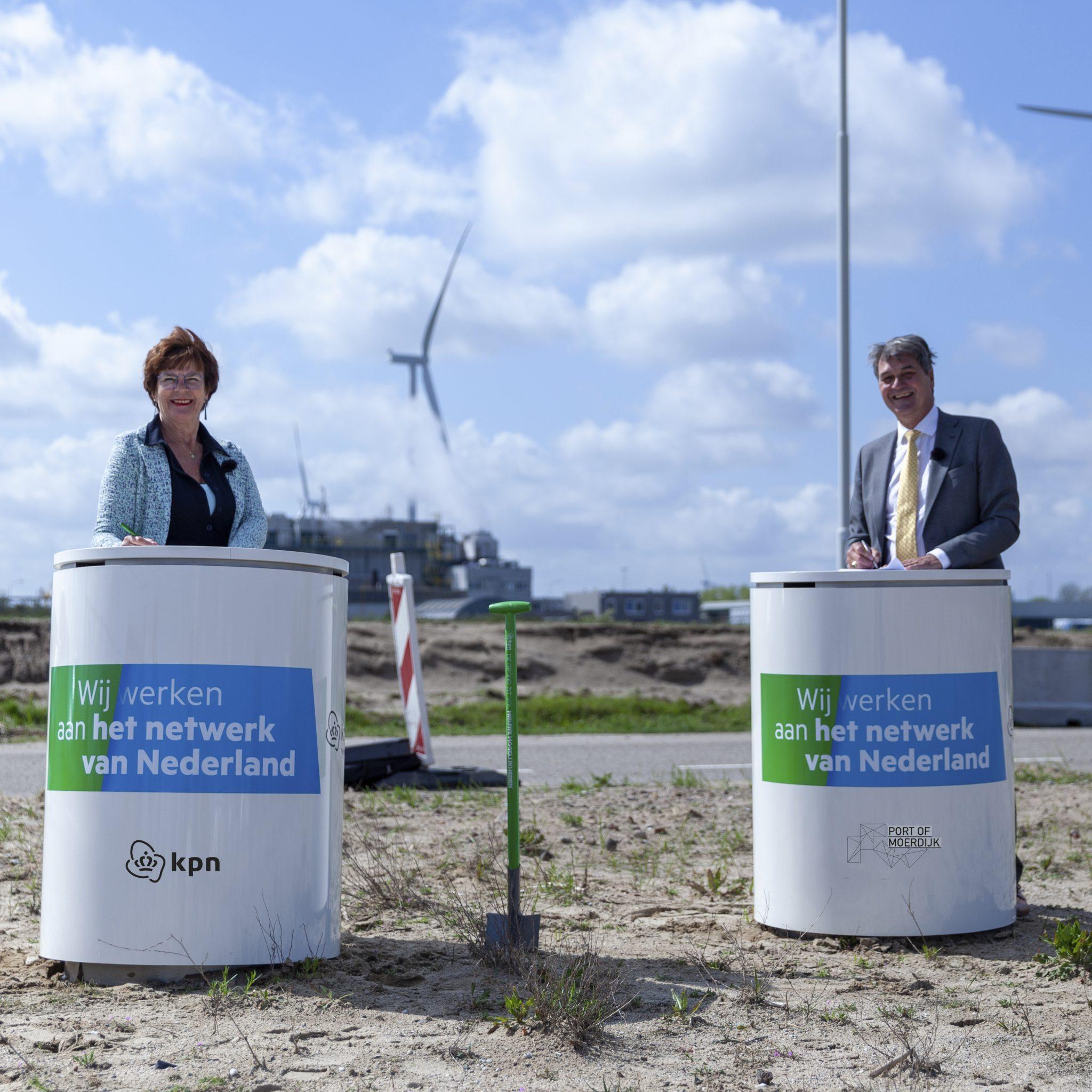 Anja de Vos-Biemans van KPN (links) en Ferdinand van den Oever directeur Port of Moerdijk sluiten de deal (Foto Port of Moerdijk)