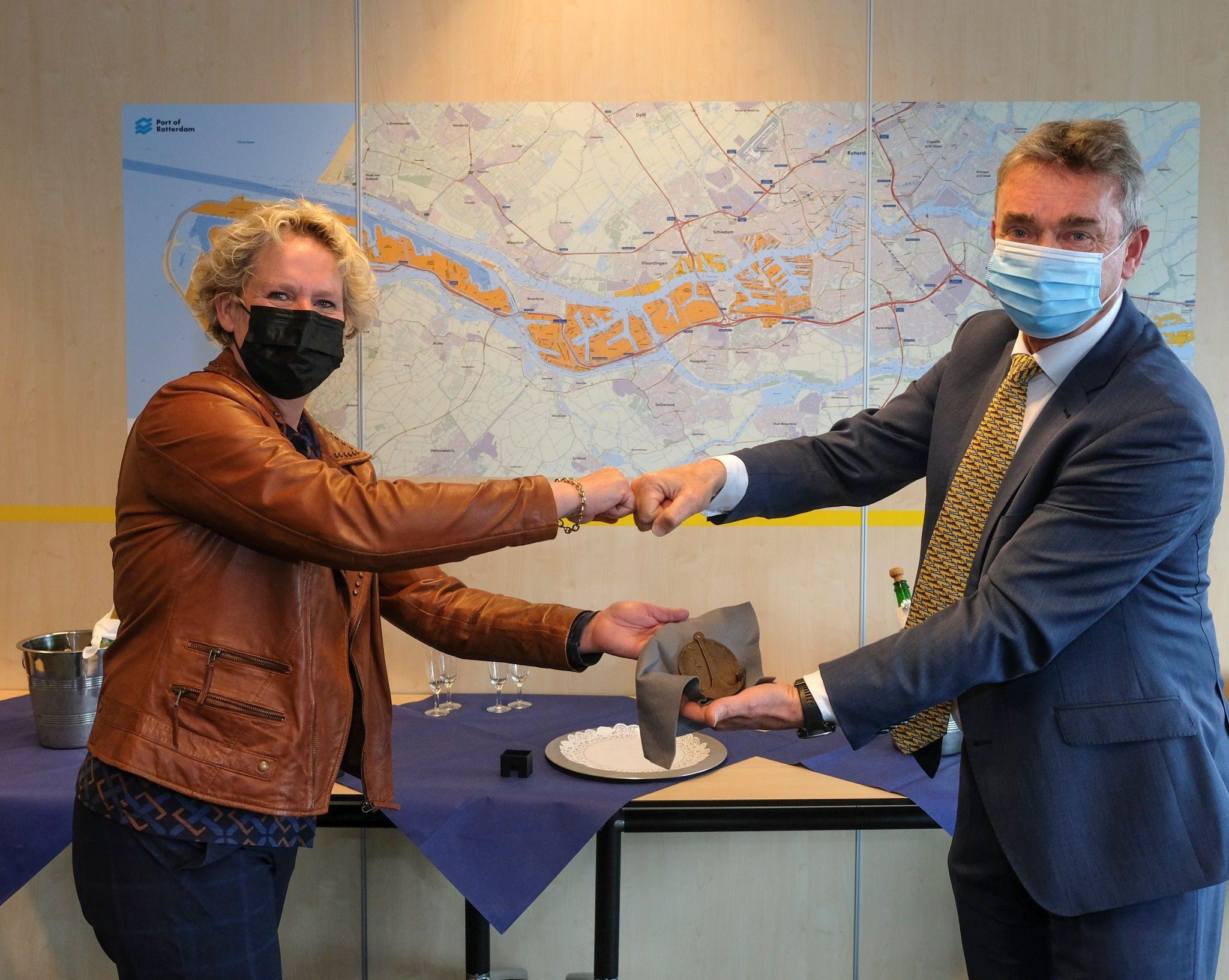 Saskia Baas krijgt Sleepanker van René de Vries. (Foto: Ries van Wendel de Joode)