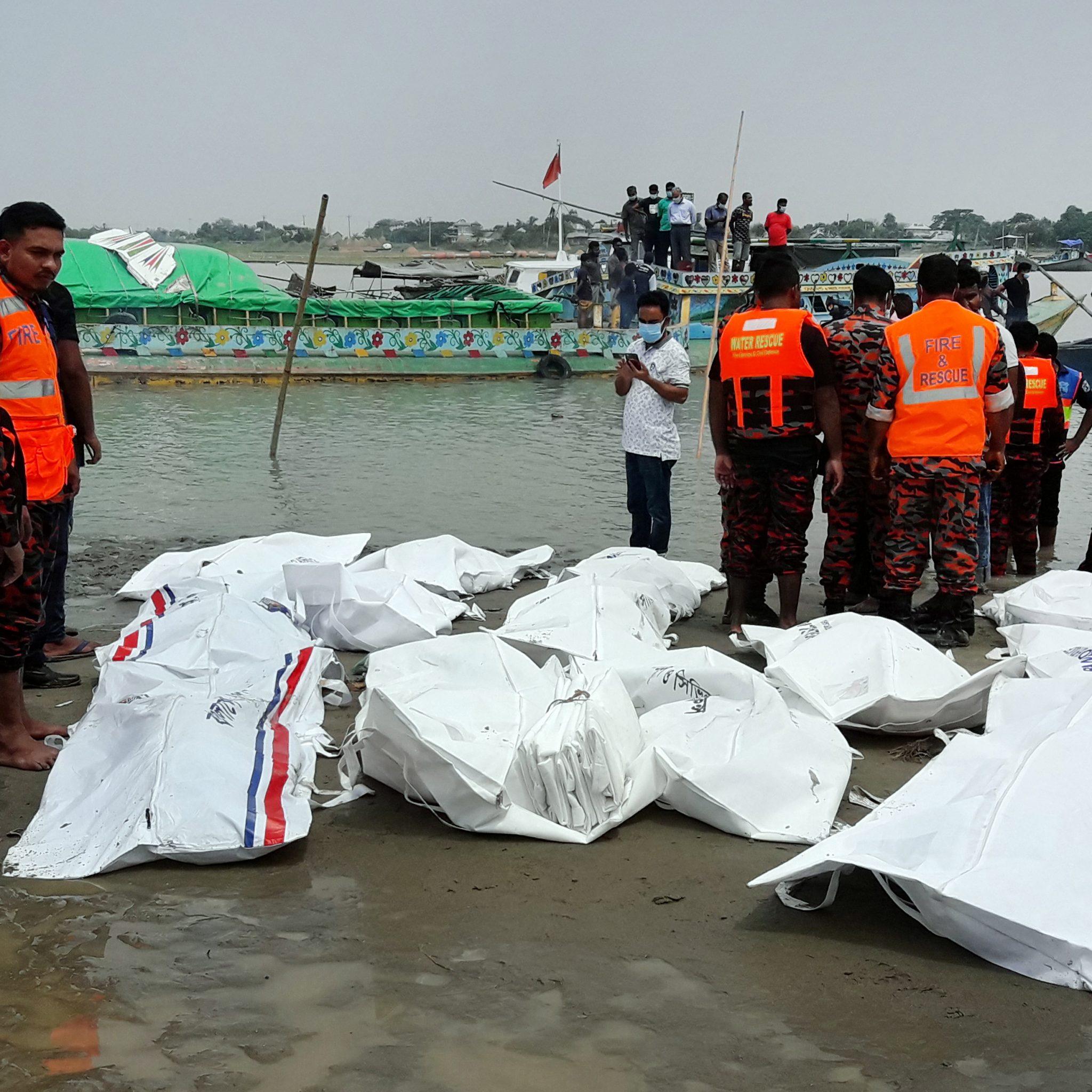 De lichamen van de slachtoffers worden geborgen door reddingswerkers (Foto ANP / STR)