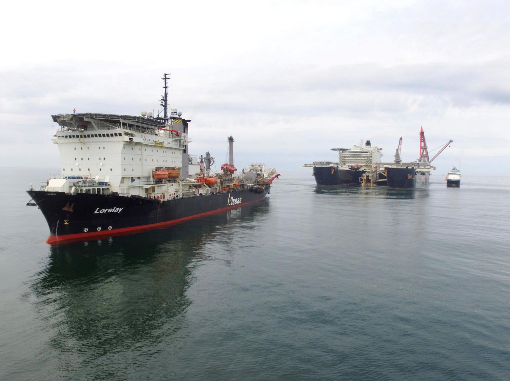 De Lorelay en Pioneering Spirit voor de kust van Denemarken. Foto: Allseas