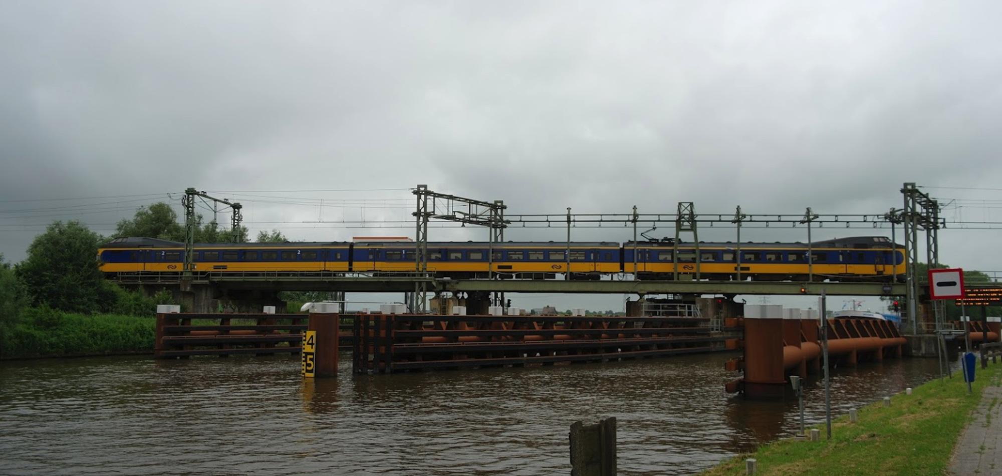 De spoorbrug HRMK over het Van Harnixmakanaal (Foto Google Maps)