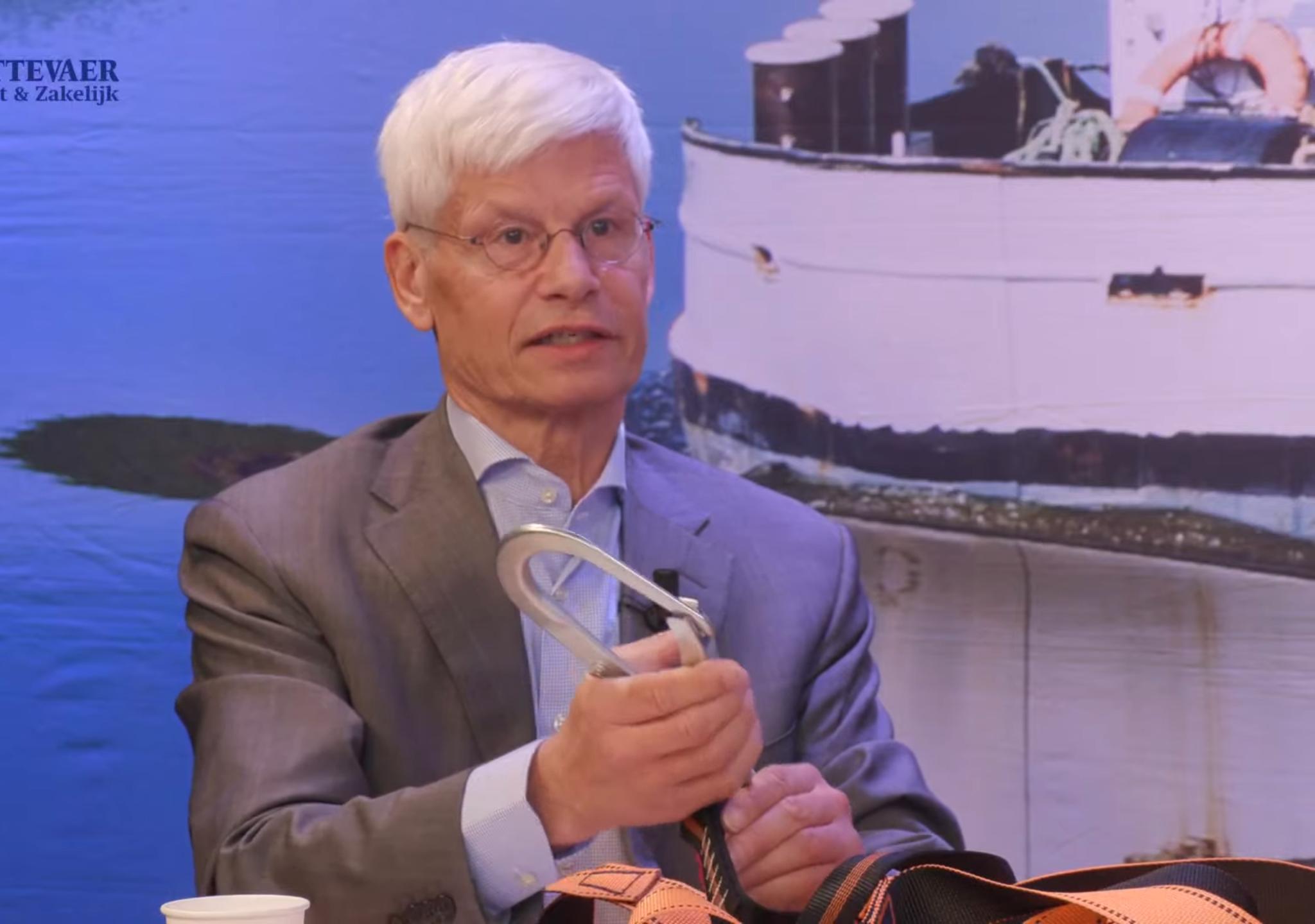 Marius van Dam laat het harnas zien dat wordt gedragen door het personeel van Van de Graaf & Meeusen. (Beeld uit video)