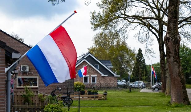 Als blijk van steun voor de nabestaanden van de slachtoffers en voor het bedrijf hebben veel inwoners van Werkendam de vlag halfstok gehangen. Foto Jurgen Versteeg