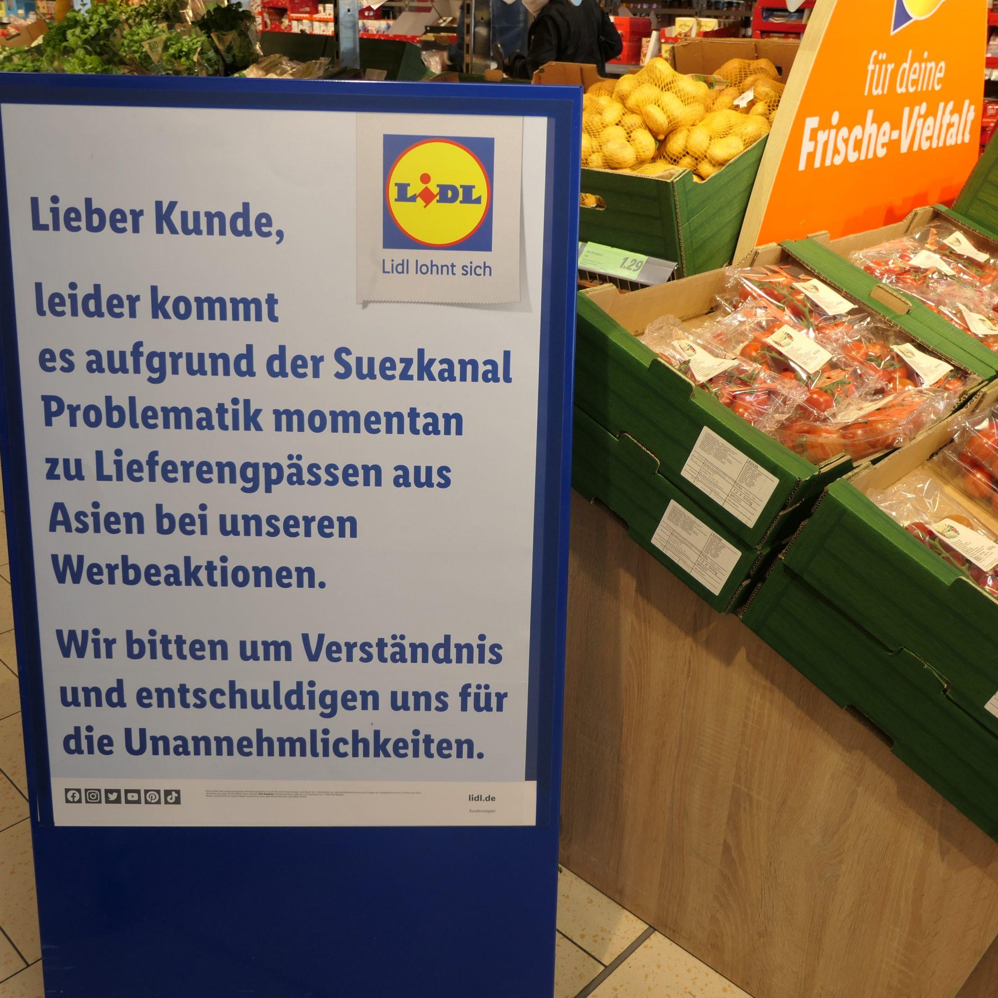 Het bord zoals Lidl dat in Duitsland in al haar filialen heeft geplaatst. Er worden excuses gemaakt en begrip gevraagd voor het feit dat bepaalde aanbiedingen niet geleverd kunnen worden vanwege de 'Suezkanaal-affaire'. (Foto Willem de Niet)