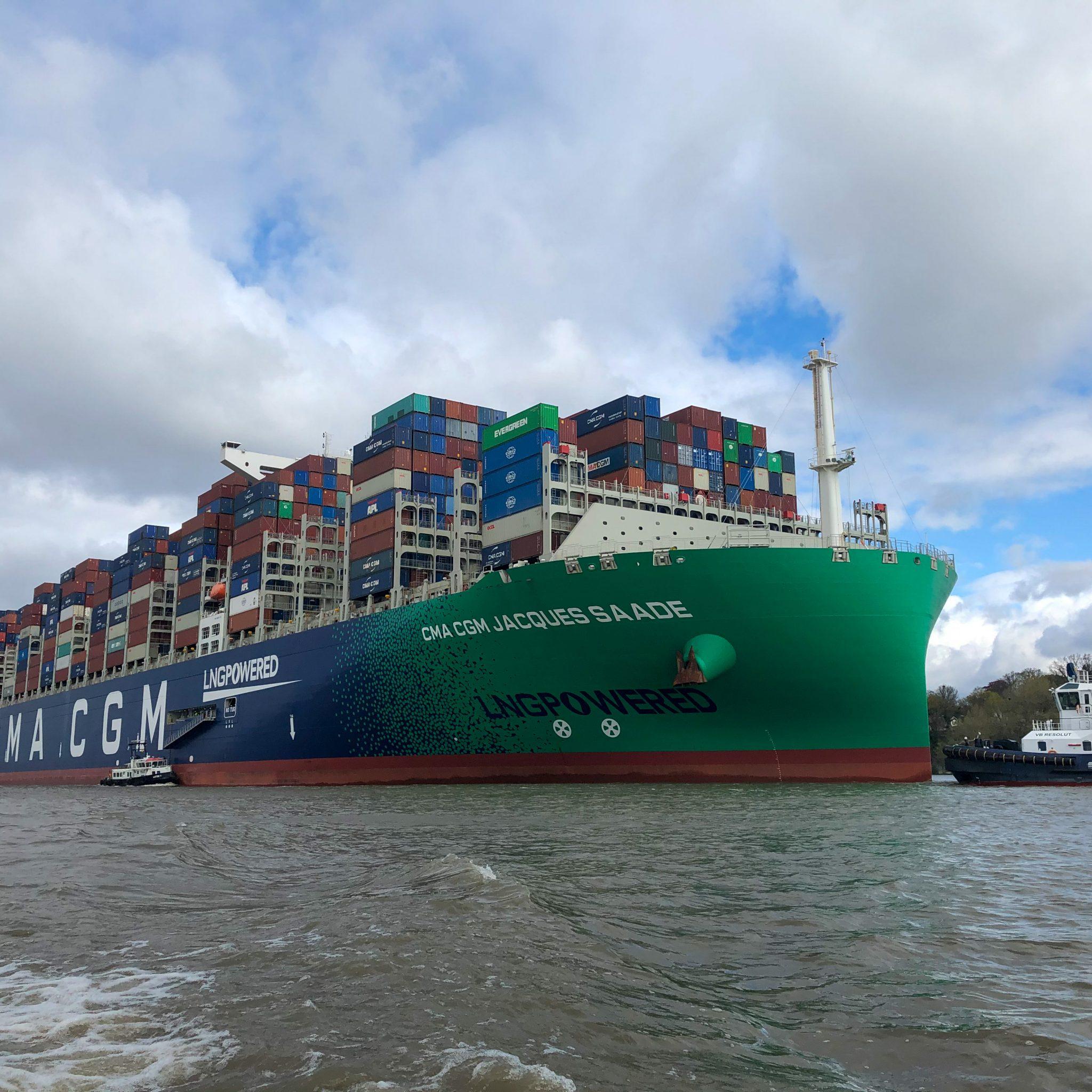 Het eerste megamax containerschip op de verdiepte en verbrede Elbe. (Foto Hamburg Port Authority)