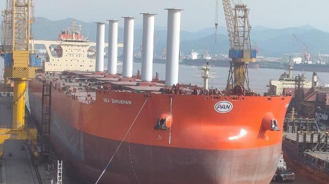 De Sea Zhoushan in de laatste fase van afbouw. Binnenkort komt de eerste bulkcarrier ter wereld die is uitgerust met Rotor Sails van Norsepower in Brazielië aan. (Foto Norsepower)