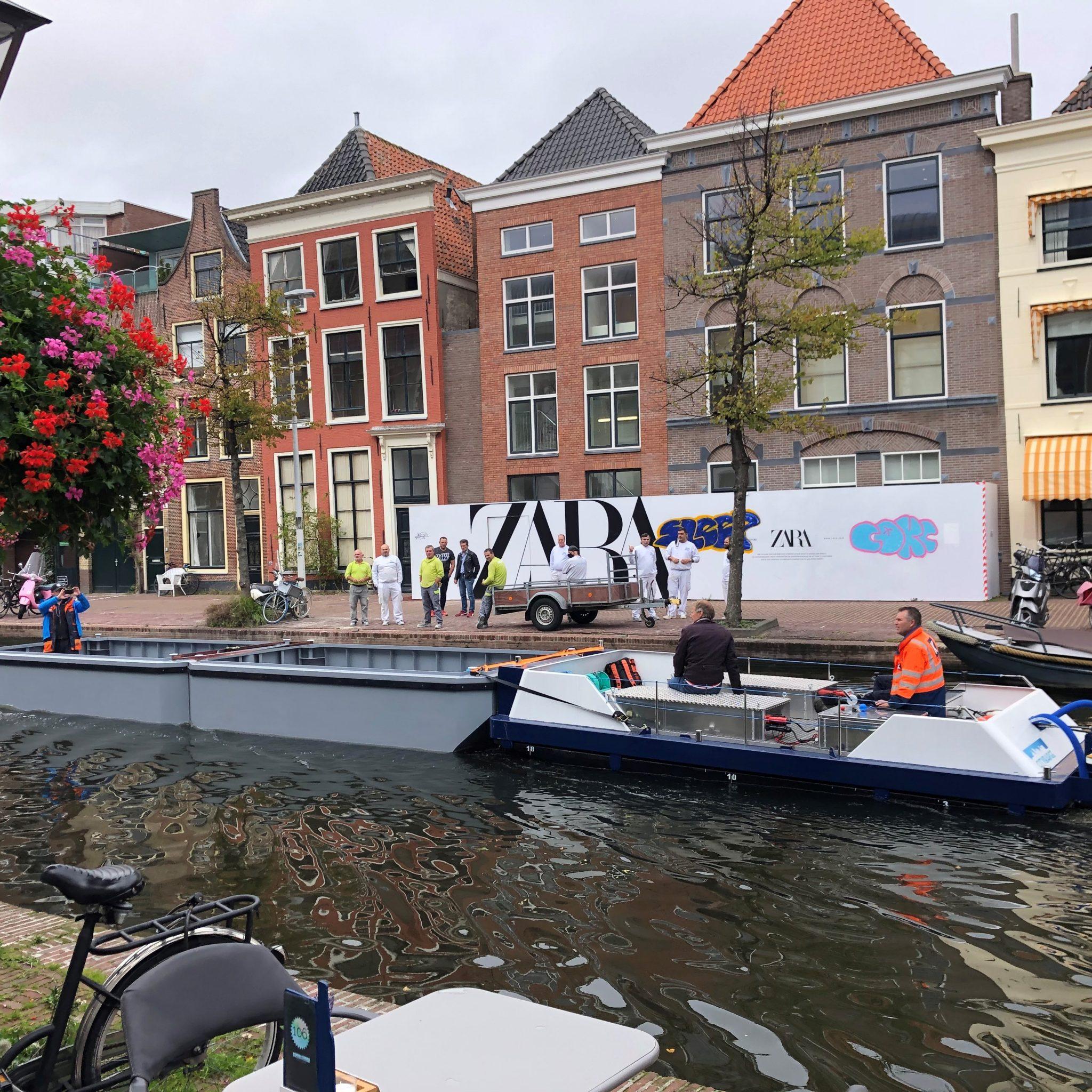De CityBarge One van Kotug in actie in Leiden (Foto Kotug)