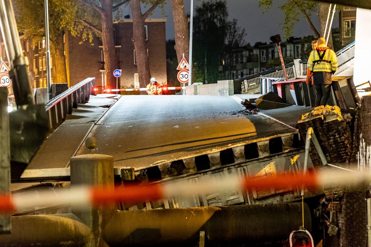Binnenvaarttanker Bodensee vaart tegen gesloten Gerrit Krolburg Groningen. Foto ProNews