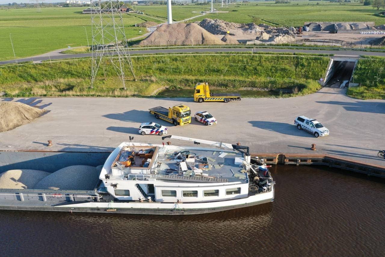 Binnenvaartschip ramt brug bij Aduard; schipper verliest stuurhut en auto. De Vries Media