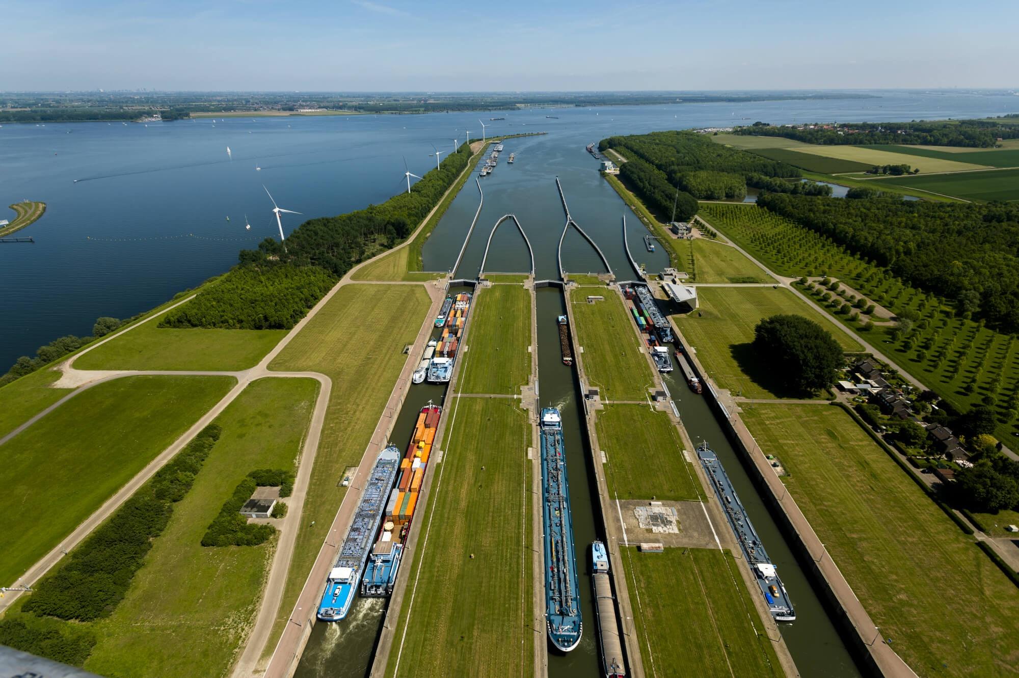 Het Volkeraksluizencomplex is in 1967 gebouwd en in 1977 uitgebreid, het complex is nodig toe aan vernieuwing en verruiming (Foto Rijkswaterstaat)