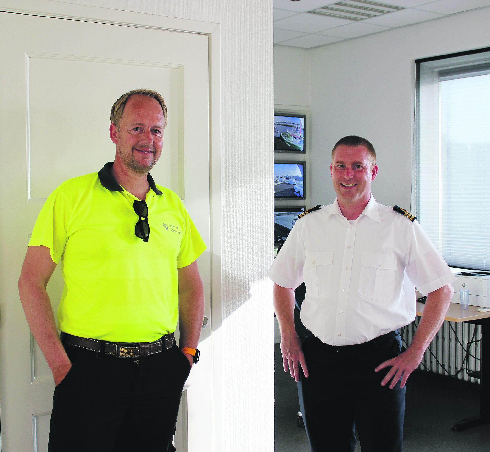 Havenmeester Peter Blinkhof en adjunct-havenmeester Eric van der Steen geven leiding aan de zeven havenwachters. De havendienst draait 24/7. Foto's Dorien Voskuil