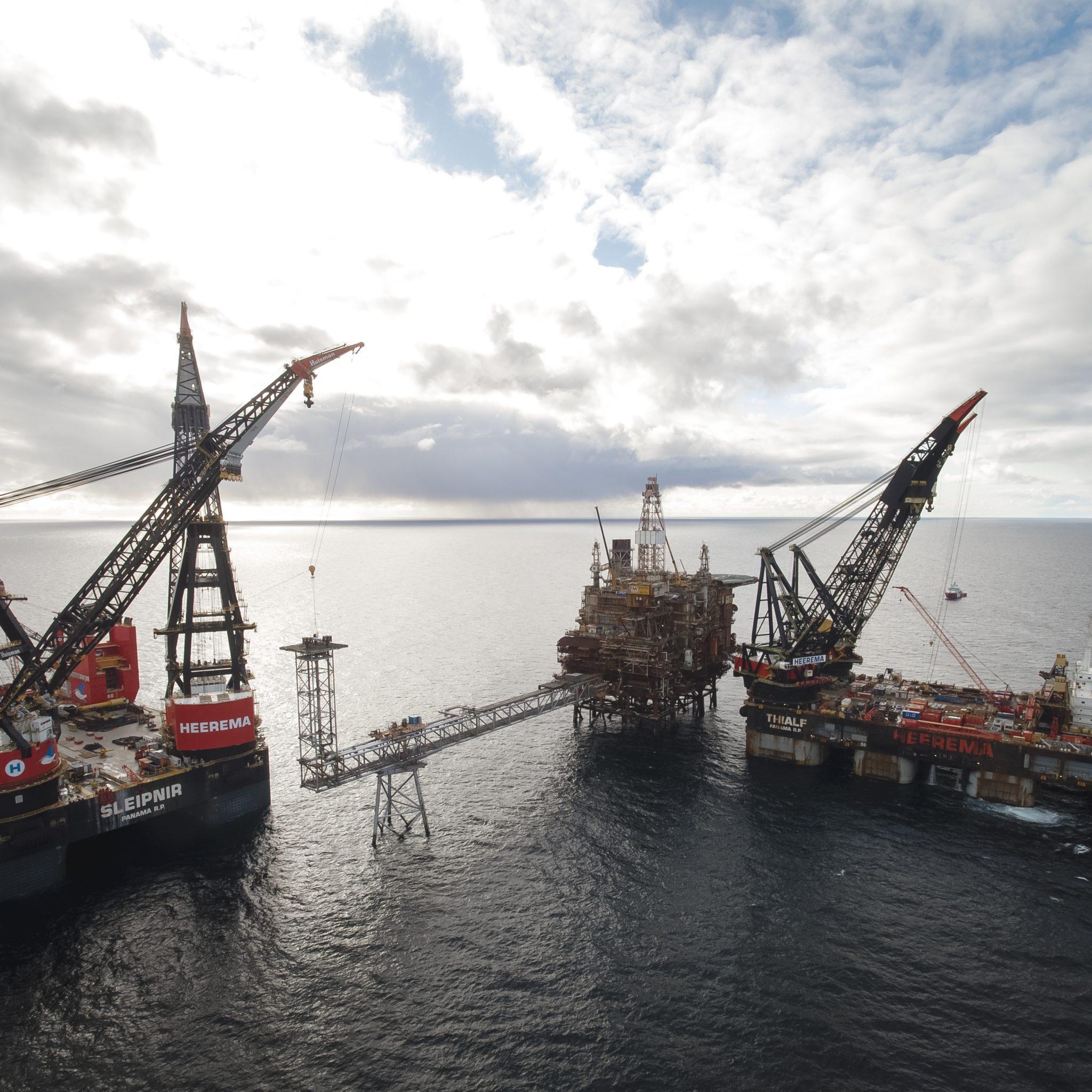 De Thialf en Sleipnir werken aan de ontmanteling van het Brae Bravo-platform. Foto: Heerema Marine Contractors