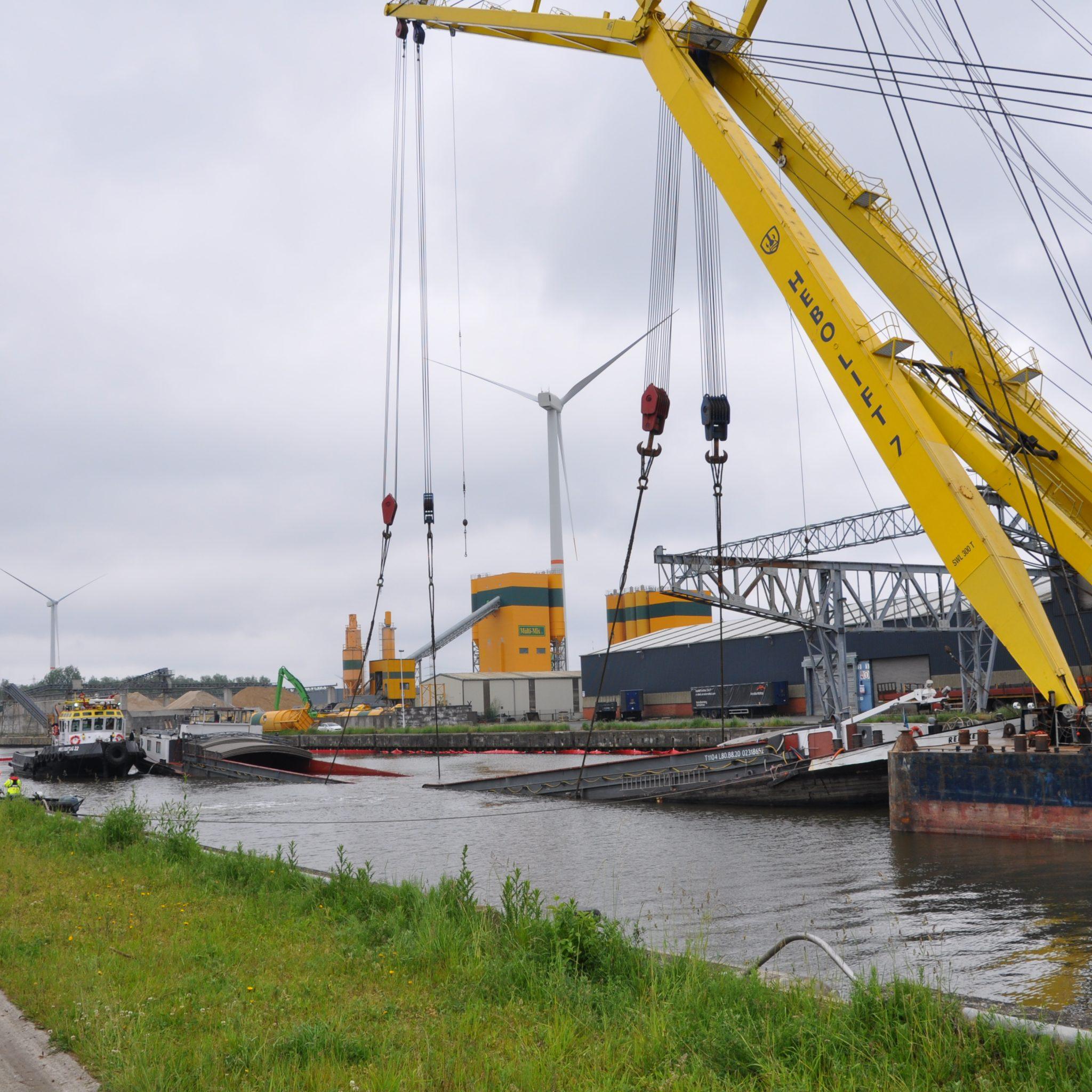 De Renske werd geborgen door Multraship in samenwerking met Hebo-maritiem. (Foto Adri van de Wege)