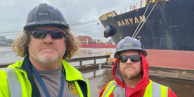 Twee inspecteurs van de ITF voor de Maryam in Port Kembla. (Foto Maritime Union of Australia)