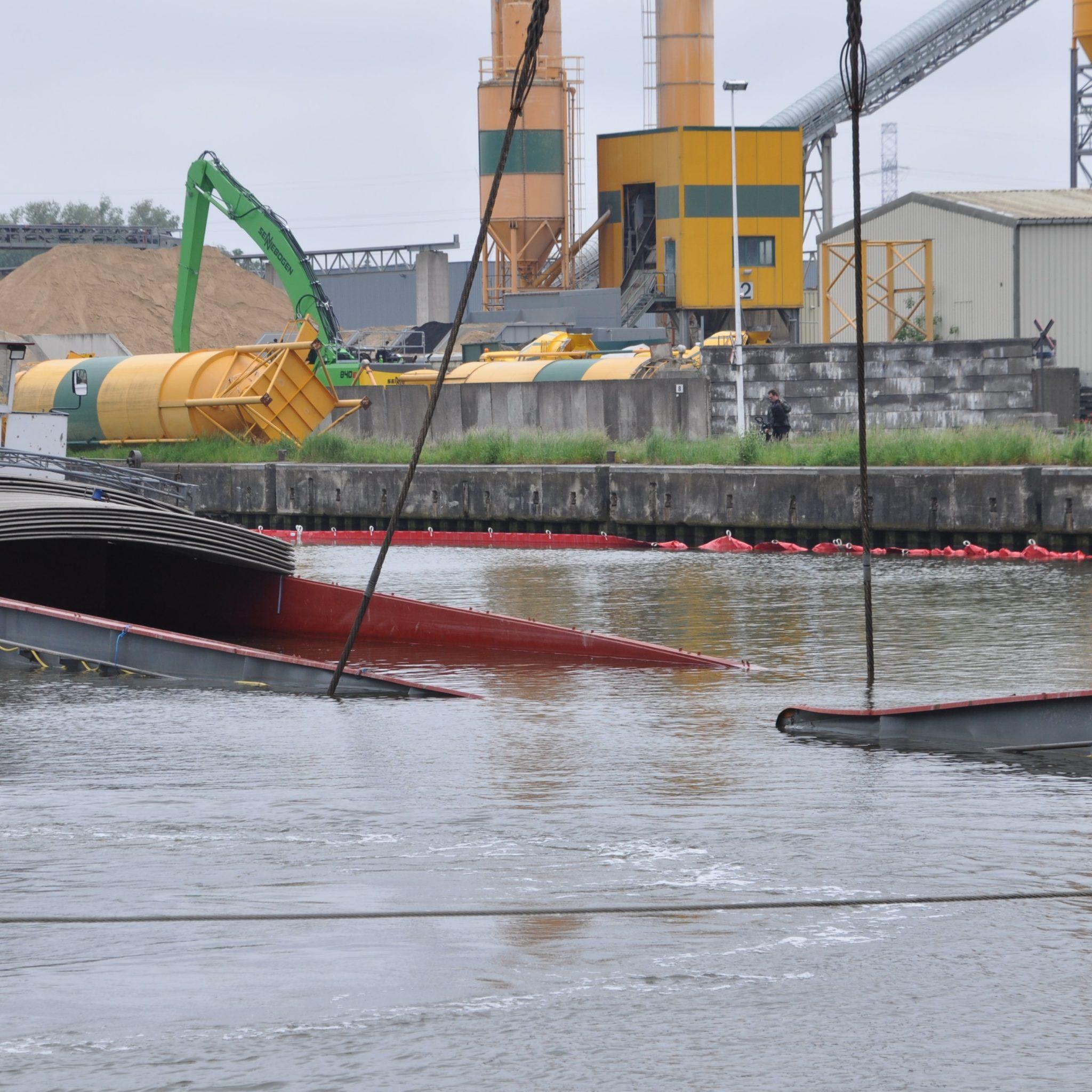Binnenvaartschip Renske wordt geborgen bij de sluis van Evergem. (Foto Adri van de Wege)