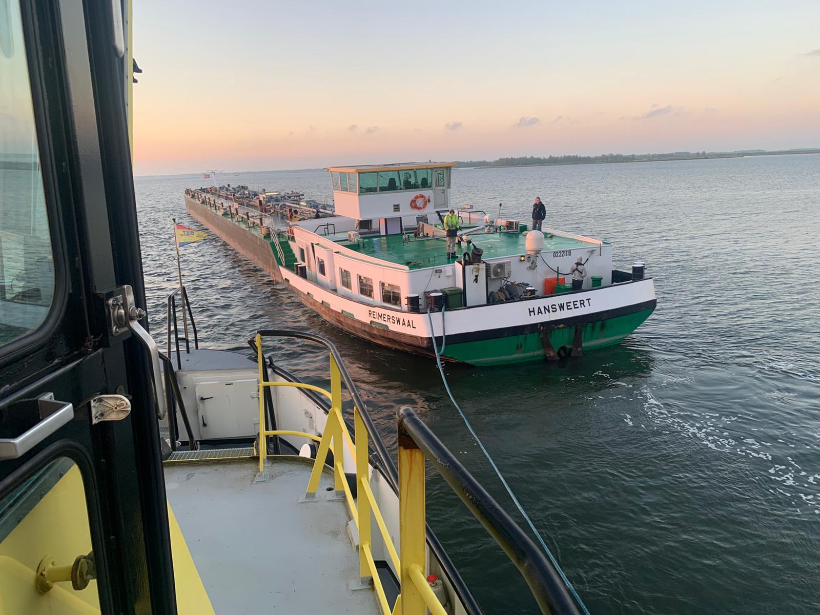De Reimerswaal is inmiddels los en nadat de tanker werd nagekeken kon het zijn weg vervolgen. (Foto Reinier van der Zee)