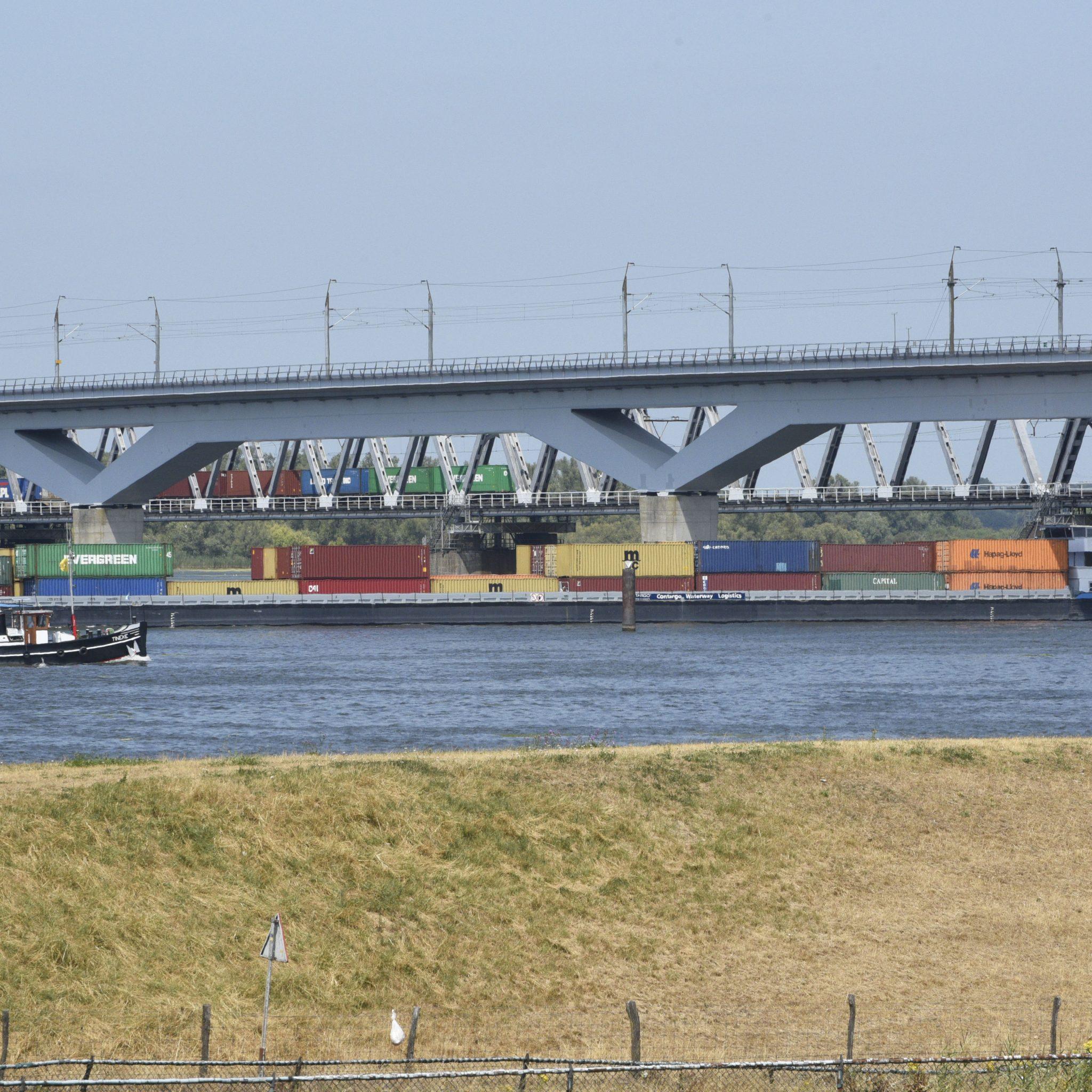 De moerdijkbruggen worden gepasseerd op de route van de West-Brabant Corridor. (Foto Peter Hilz / HH)