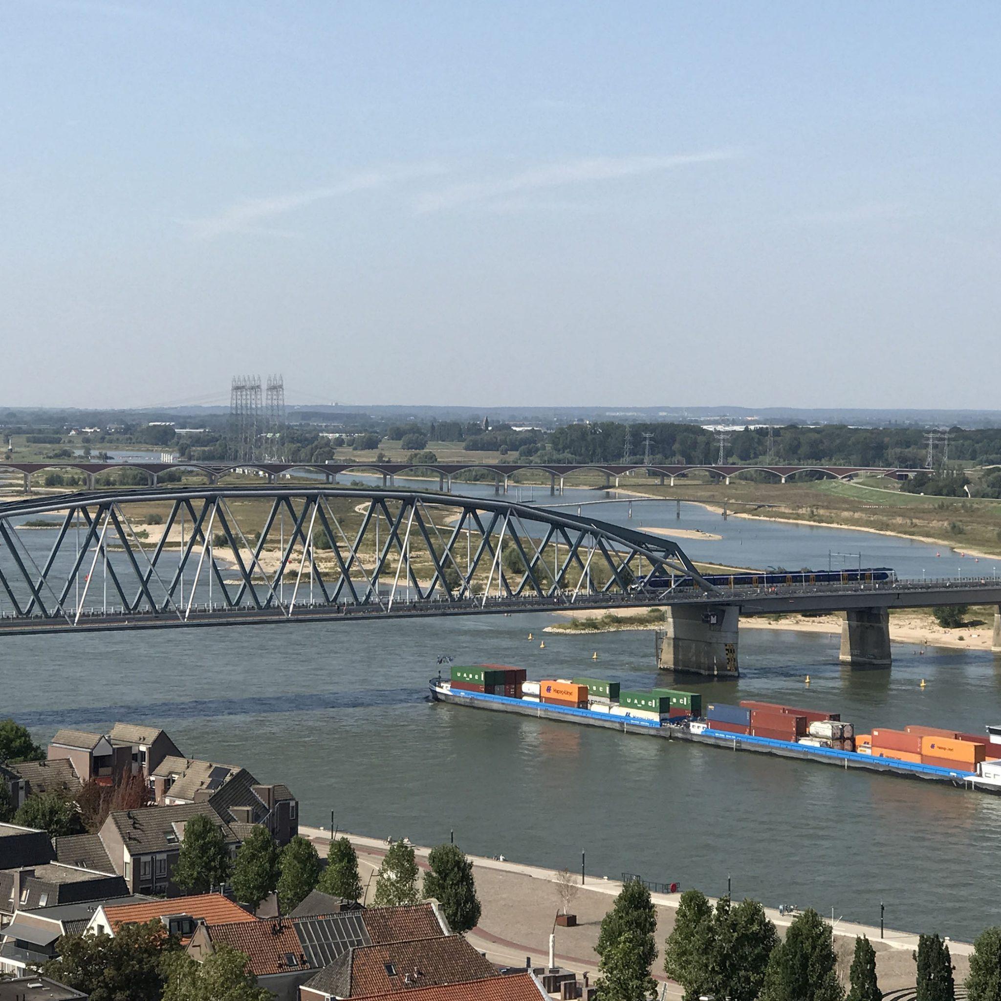 Per jaar varen 70.000 schepen over de Waal om goederen te vervoeren van Rotterdam naar Duitsland en andersom. (Foto Erik van Huizen)