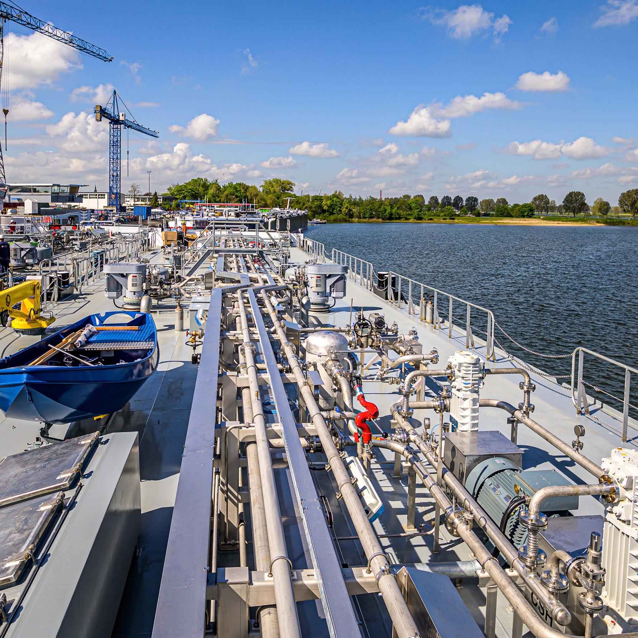 Leidingen aan boord van tanker zijn de laatste jaren steeds hoogwaardiger geworden. Ze worden nu bijvoorbeeld radiologisch onderzocht. (Foto Erik van Huizen)