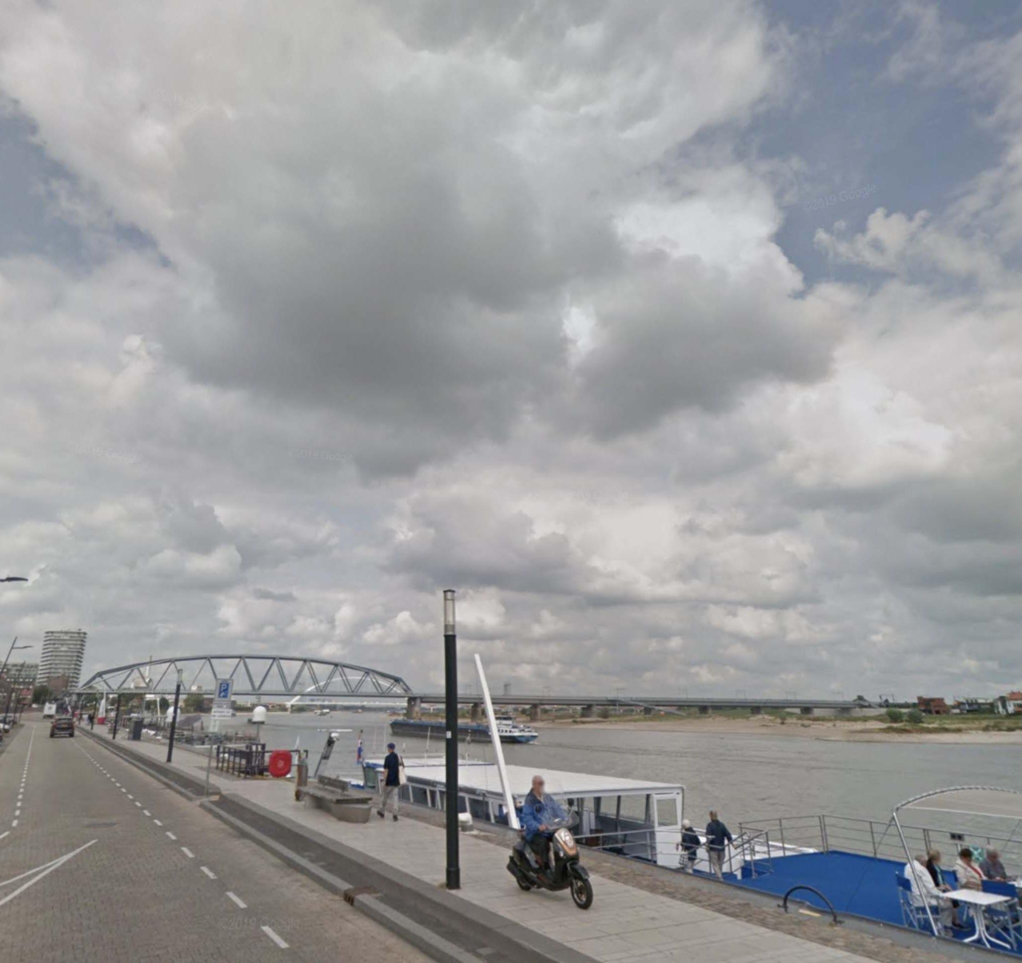 De Nijmeegse Waalkade blijft bereikbaar voor de binnenvaart. (Foto Google Streetview)
